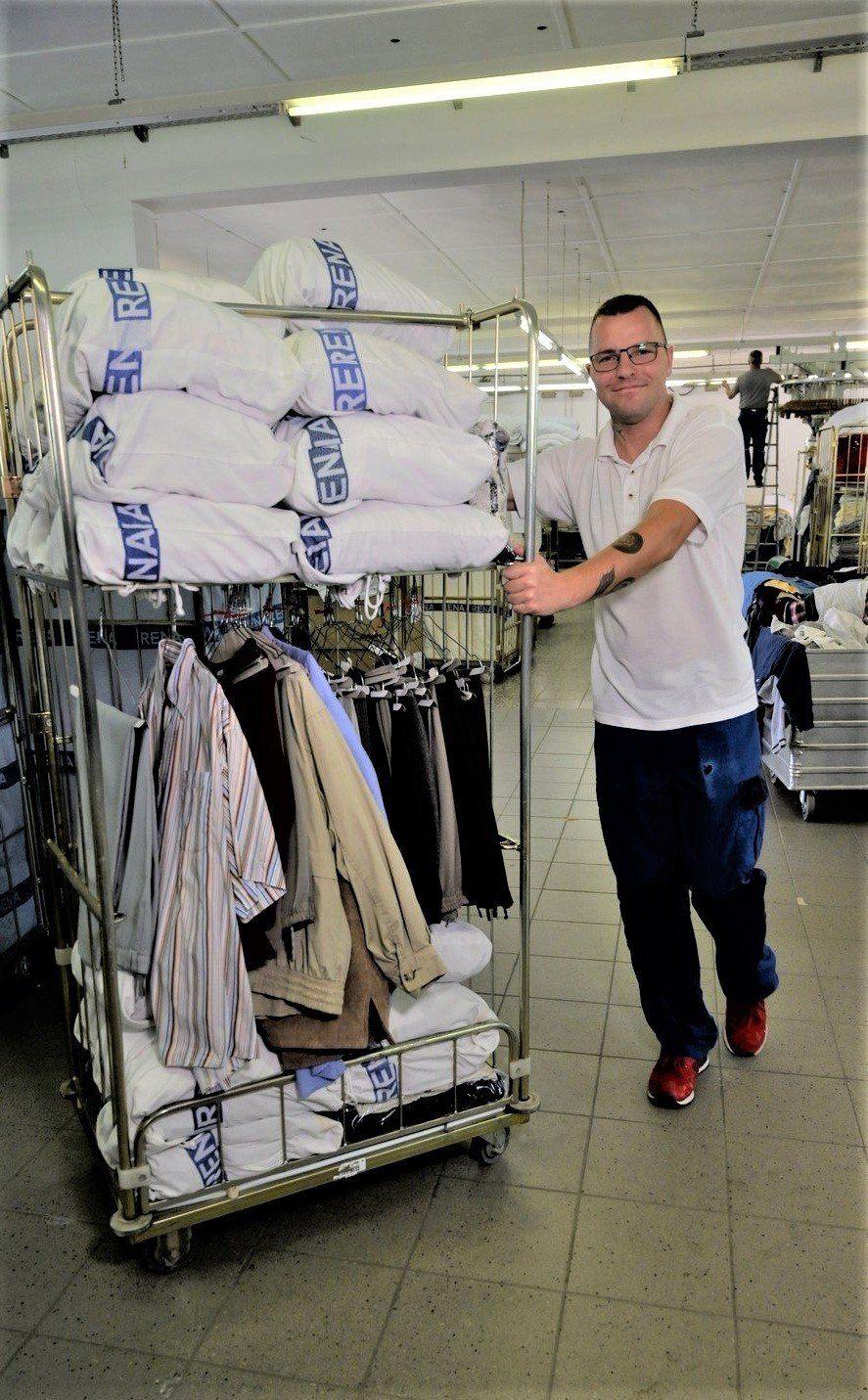Fahrer Rena Textilpflege mit Bewohnerwäsche